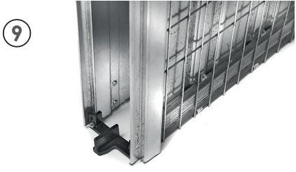 para asegurar que la puerta se desliza con suavidad la gua de suelo se sita en la parte frontal de la estructura y se fija a las jambas con